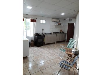 Casa 2 dormitorios con local comercial
