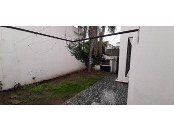 ALQUILO CASA DE 3 DORMITORIOS Y PATIO CON VERDE - Boulevares