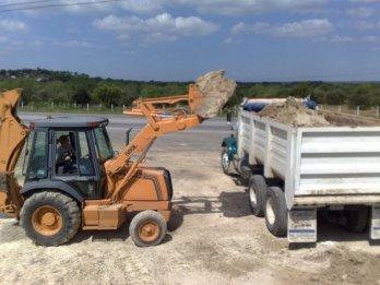 Trabajos con Retroexcavadora y Camión