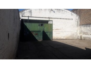 Alquilo galpón con trifasica en calle Manuel Marchesse.