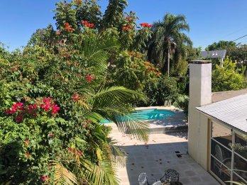 Casa de 3 Dormitorios con jardín, piscina y cochera