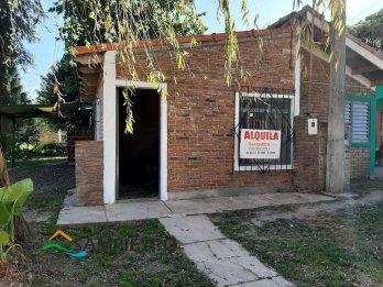 Se alquila casa con posible local frente a esquina plaza