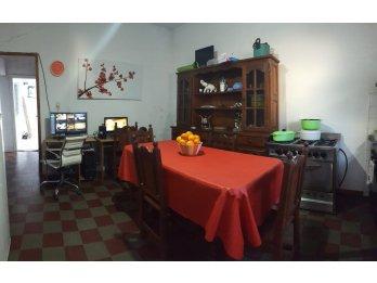 Venta Casa 2 Dormitorios Patio y 2 Locales/Plaza Saenz Peña