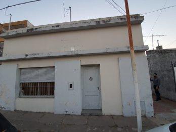VENDO AMPLIA CASA 3 DORM. BRASIL Y NECOCHEA. 370m2