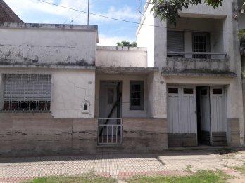 VENDO CASA CENTRICA en Cervantes 746 -A REFACCIONAR-