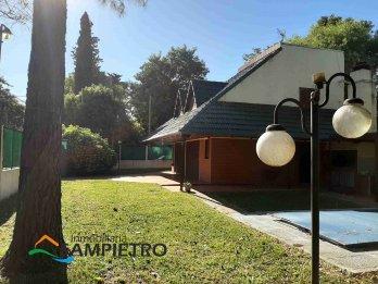 Casa quinta con pileta una cuadra de la plaza Villa Urquiza