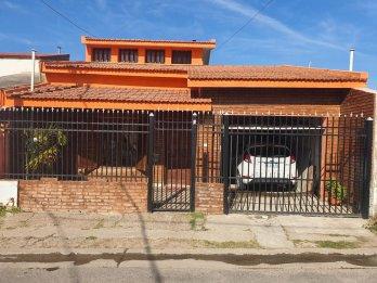 VENDO CASA 4 DOR, COCHERA, QUINCHO U$S65.000.-