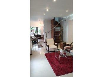 En Venta!! Moderna Casa Con Patio y Pileta